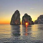 Naplemente a Faraglioni sziklak mögött Capri szigetén